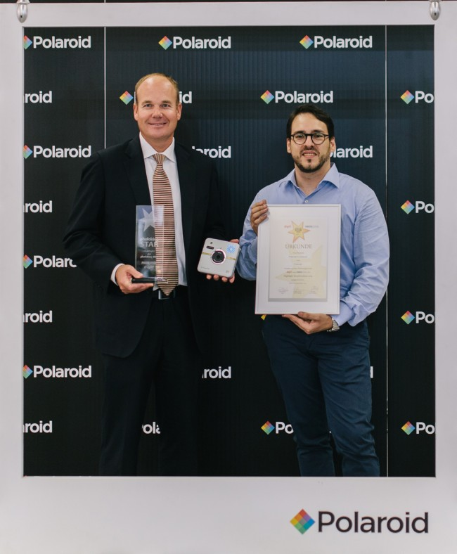 photokina star award in den Händen von Polaroid CEO Scott W. Hardy (left) and Socialmatic Designer Antonio de Rosa © Polaroid